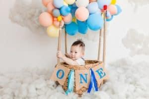 תינוק ובלונים צבעוניים