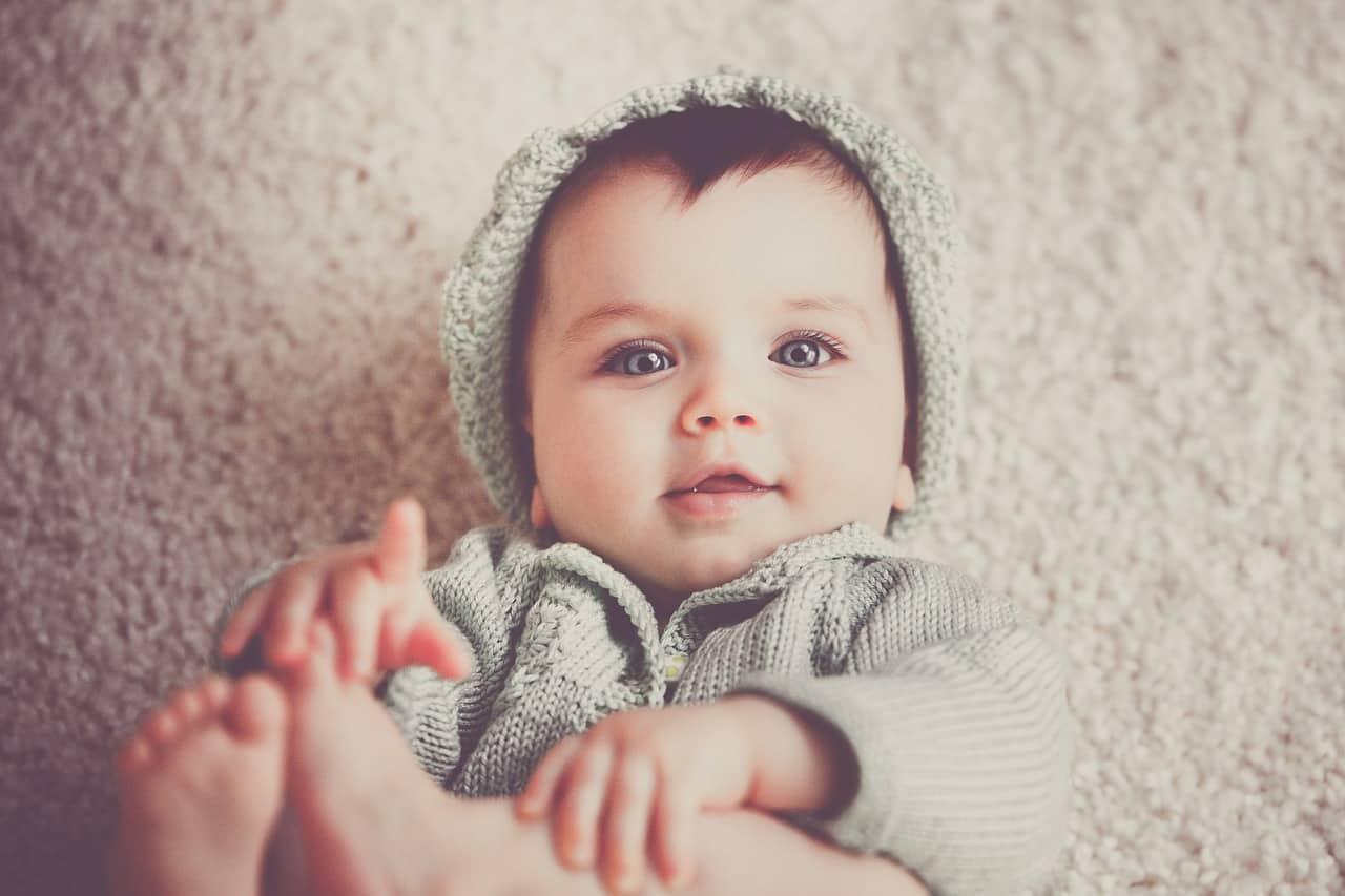 תינוק שוכב על שטיח