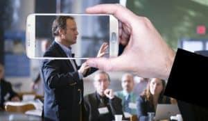 איש עסקים מדבר בכנס