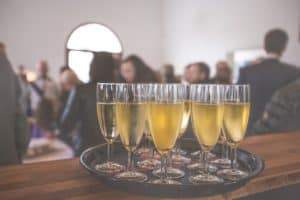מגש שמפנייה באירוע עסקי