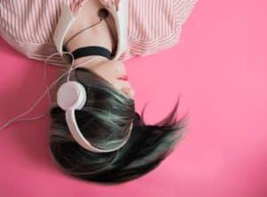 אישה עם אוזניות ורודות