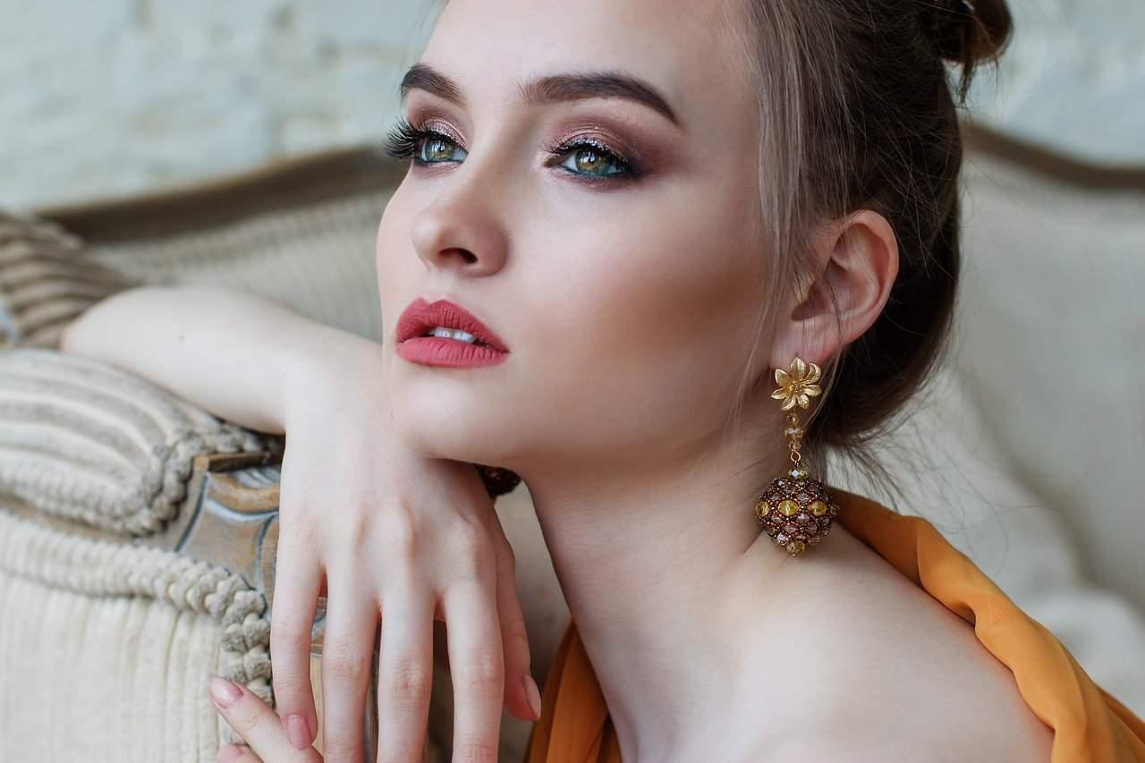 אישה עם עגילי זהב