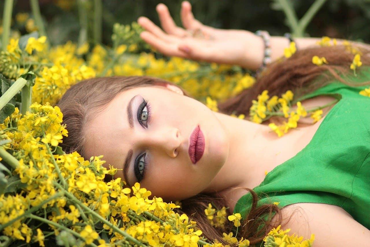 אישה שוכבת על פרחים