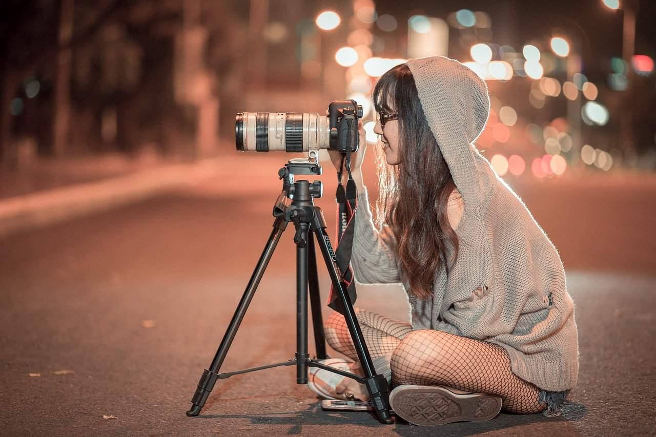 אישה מצלמת ברחוב