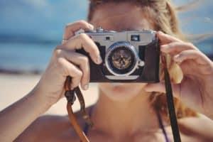 אישה מצלמת בים